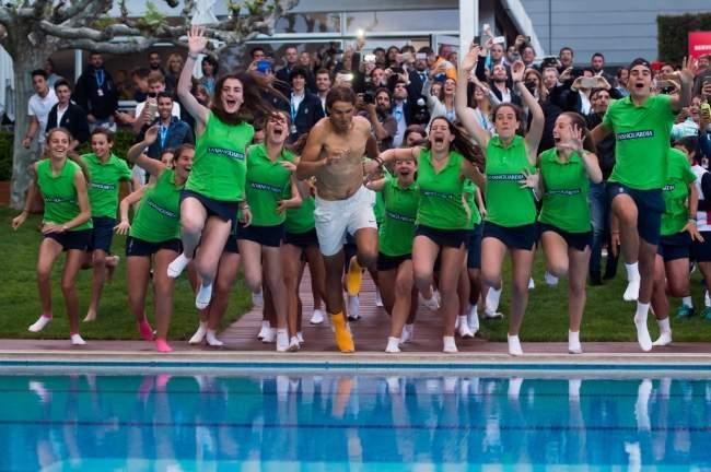 Надаль прыжком в бассейн отметил победу в Барселоне. ФОТО